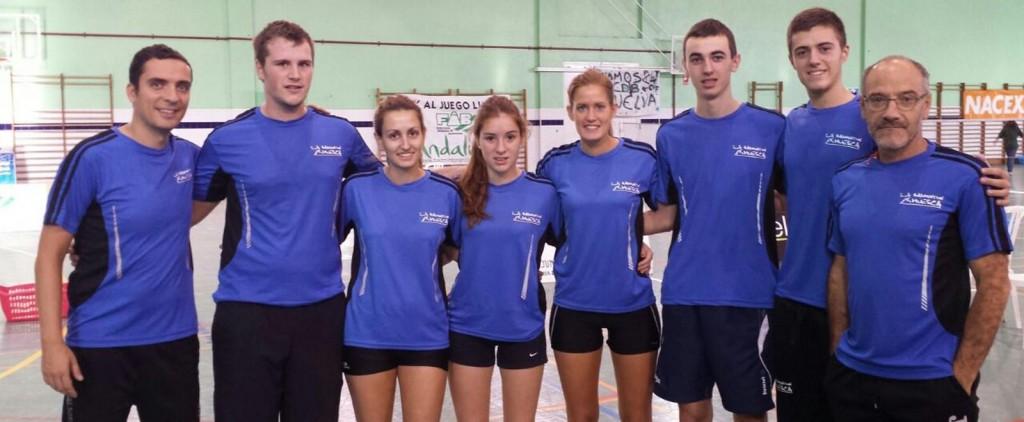 Jugadores y técnicos del equipo oscense en la primera jornada de liga en Huelva. | S.E.