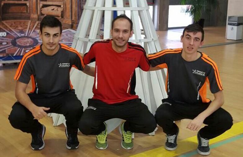 Juste y su compañero Sergio Saturque, con el técnico Roberto González. | S.E.