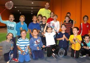 Roberto, con los más pequeños del club. | BÁDMINTON HUESCA