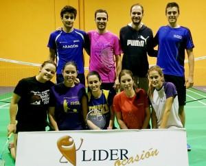 Junto a los jugadores del Líder Ocasión, primer equipo del club. | BÁDMINTON HUESCA