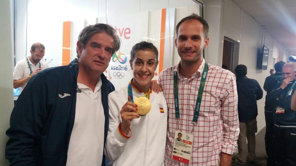 Junto a Carolina Marín y la deseada medalla de oro. | S.E.